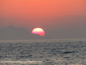 Creta bellissimo tramonto con sole rosso